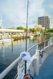 FORT LAUDERDALE, DE V.S. - 11 JULI, 2017: Drie grote spelhengels in grote die boten in het water in de pijler bij worden geparkee Royalty-vrije Stock Foto's