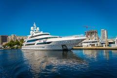 FORT LAUDERDALE, DE V.S. - 11 JULI, 2017: Grote die boten in het water in de pijler bij het Fort Lauderdale, in mooi worden gepar Royalty-vrije Stock Foto
