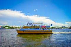 FORT LAUDERDALE, DE V.S. - 11 JULI, 2017: Kleurrijke gele watertaxi met een schitterende mening van de promenadehighrise van de r Stock Foto