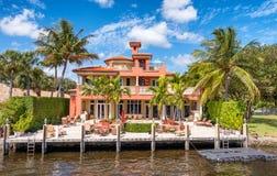 FORT LAUDERDALE, FL - 29 DE FEVEREIRO DE 2016: Casas bonitas ao longo de c fotos de stock