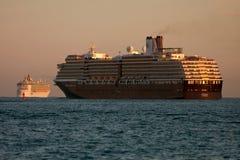 Zwei Kreuzschiffe gehen heraus zum Meer voran Stockfotos