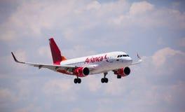 FORT LAUDERDALE, la Floride, Etats-Unis - 5 février 2015 : Atterrissage d'Airbus A320 de lignes aériennes d'Avianca Photos libres de droits
