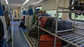 FORT LAUDERDALE, MIAMI EUA - 30 DE AGOSTO DE 2018 O vagão da bagagem do tri norte do trem do trilho limita em um dia ocupado foto de stock