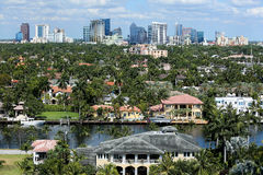 Fort Lauderdale-Skyline und angrenzende Ufergegendhäuser Stockfotos