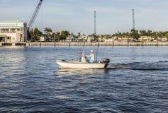 FORT LAUDERDALE USA - AUGUSTI 20, 2014: man i fartyget för att fiska förbi Royaltyfri Bild
