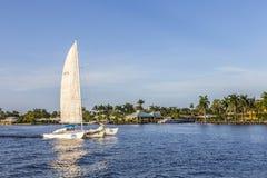FORT LAUDERDALE USA - AUGUSTI 20, 2014: segelbåt i kanalen I Royaltyfri Foto