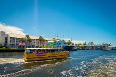 FORT LAUDERDALE USA - JULI 11, 2017: Den färgrika gula vattentaxien med en ursnygg sikt av floden går promenadhighrisen Royaltyfri Foto