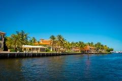 FORT LAUDERDALE USA - JULI 11, 2017: Den härliga sikten av den nya floden med floden går promenad i Fort Lauderdale, Florida Arkivbild