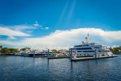 FORT LAUDERDALE USA - JULI 11, 2017: En linje av fartyg visade till salu på Fort Lauderdale Royaltyfri Fotografi