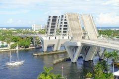 FORT LAUDERDALE USA - JULI 11, 2017: Flyg- sikt av en öppnad attraktionbro som lyfts för att låta skeppet passera igenom på hamne Arkivbilder
