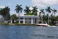 Fort- Lauderdalehistorisches weißes Haus mit Boot Lizenzfreie Stockbilder