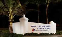 Fort Lauderdalestranden parkerar det välkomna tecknet på natten Royaltyfri Fotografi