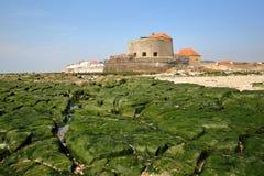 Fort Mahon i Ambleteuse w Cote d ` Opal, pas-de-calais, Francja: widok od plaży przy niskim przypływem Zdjęcie Royalty Free