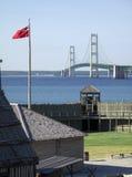 Fort Michilimackinac och Mackinaw bro royaltyfria foton