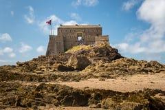 Fort na wyspie jest w czasie odpływu morza, Saint Malo na słonecznym dniu w lecie fotografia royalty free