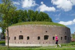 Fort på Ossenmarkten: det gamla fästningtornet är hjärta av fästningen Weesp Arkivbild