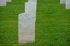 Fort Rosecrans-nationaler Friedhof mit Grabsteinen in den Reihen während des bewölkten Tages lizenzfreie stockfotos