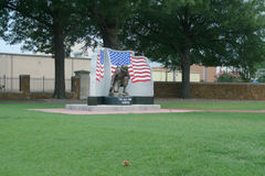 Fort-Smith National Cemetery-Erinnerungsstatue mit Flagge Lizenzfreies Stockfoto