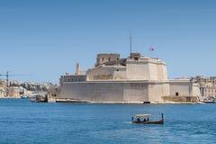 Fort-St. Angelo mit traditionellem Wassertaxi Stockfotos