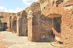 Fort Sumter: Skadade vapensidohängda fönster royaltyfri bild