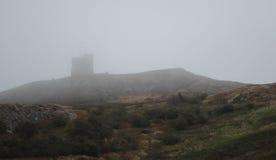 Fort sur le flanc de coteau brumeux Image stock