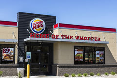 Fort Wayne - cerca do abril de 2017: Lugar de Burger King Retail Fast Food Cada dia, mais de 11 milhão convidados visitam Burger  Imagem de Stock Royalty Free