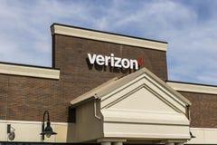 Fort Wayne - Circa April 2017: Verizon Wireless detaljhandelläge Verizon är ett av de största teknologiföretagen XIII Royaltyfri Fotografi