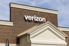 Fort Wayne - Circa April 2017: Verizon Wireless detaljhandelläge Verizon är ett av de största teknologiföretagen XIV Arkivbild