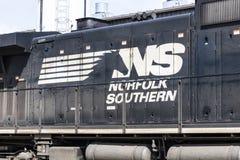 Fort Wayne - circa im April 2017: Norfolk-südlicher Bahnmaschinen-Zug NS ist eine Eisenbahn der Klasse I in den US und wird als N Lizenzfreies Stockfoto