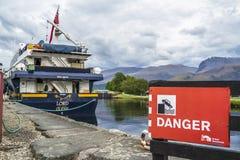 Fort William, Escocia - 19 de mayo de 2017: Firme la advertencia del peligro de caer en el agua Imágenes de archivo libres de regalías