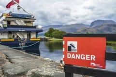 Fort William, Escocia - 19 de mayo de 2017: Firme la advertencia del peligro de caer en el agua Fotografía de archivo