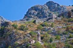 Fortalecimiento con la iglesia a lo largo de Mt Lovcen en Kotor en Montenegro Imagen de archivo libre de regalías