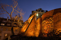 Fortalecimiento de la pared de la ciudad en la noche en Varsovia Fotos de archivo