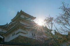 Fortalecimiento del castillo de Himeji contra los cielos azules en Himeji, Hyogo fotos de archivo