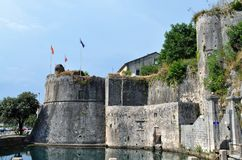 Fortalecimiento veneciano de Kotor en el sol foto de archivo