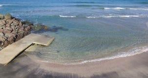 Fortalecimientos costeros en la costa en Pomorie, Bulgaria metrajes