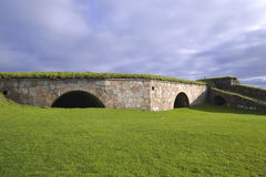 Fortalecimientos rodeados por la hierba verde clara Imágenes de archivo libres de regalías