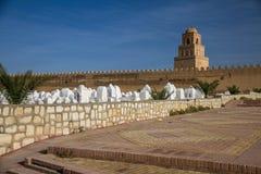 Fortaleza árabe y el cementerio de la ciudad Foto de archivo
