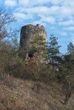 Fortaleza abandonada en threes y nubes Fotos de archivo libres de regalías