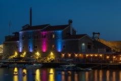 Fortaleza antiga com iluminação da noite fotografia de stock royalty free