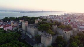 Fortaleza antigua de la cantidad aérea en Lisboa en la puesta del sol almacen de metraje de vídeo