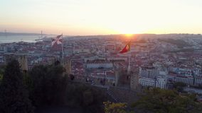 Fortaleza antigua de la cantidad aérea en Lisboa en la puesta del sol almacen de video
