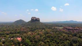 Fortaleza antigua de la roca de Sigiriya en la provincia central de Sri Lanka almacen de video