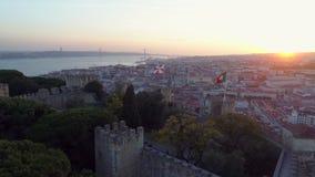 Fortaleza antigua de la visión aérea en Lisboa en la puesta del sol almacen de video