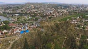 Fortaleza antigua de Narikala en Tbilisi Georgia, atracción histórica, visión aérea almacen de metraje de vídeo