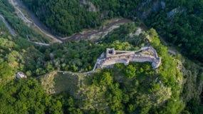 Fortaleza arruinada de Poenari en el soporte Cetatea en Rumania Imagenes de archivo