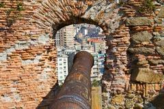 Fortaleza con el cañón con una visión Sabona. Imagenes de archivo