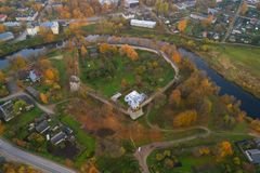 A fortaleza da cidade de Porkhov, fotografia aérea da tarde de outubro Região de Pskov, Rússia fotos de stock royalty free