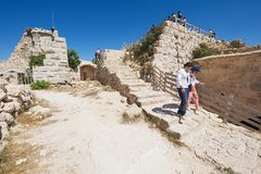 Fortaleza de Ajloun da visita dos turistas em Ajloun, Jordânia imagem de stock
