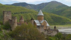 Fortaleza de Ananuri - la construcción magnífica de la era feudal de Georgia almacen de metraje de vídeo